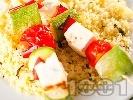 Рецепта Вегетариански шишчета с тиквички, червени чушки, чери домати, сирене и гарнитура от кускус